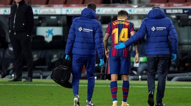 Philippe Coutinho se retira lesionado en el Camp Nou el 29 de diciembre en el partido frente a al SD Eibar.