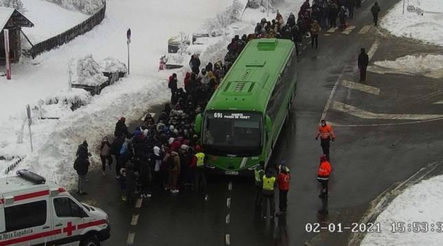 EvacuaEvacuación de personas atrapadas por la nieve en el Puerto de Navacerrada de Madridción de personas atrapadas por la nieve en el Puerto de Navacerrada de Madrid