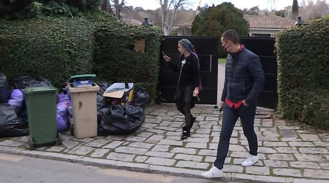 Leticia Sabater saca fotos de la basura acumulada a las puertas de su chalé.