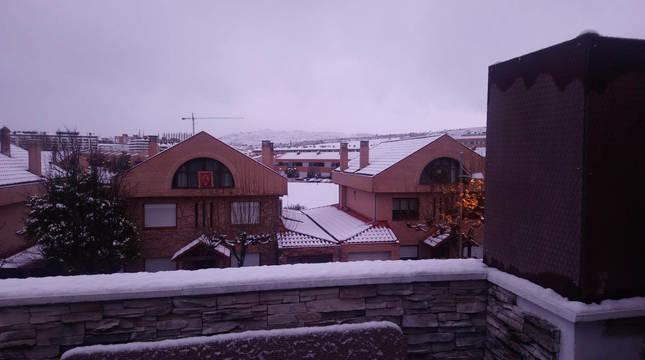 Foto de nieve en los tejados de Mutilva (Navarra) el de 2 de enero de 2021.