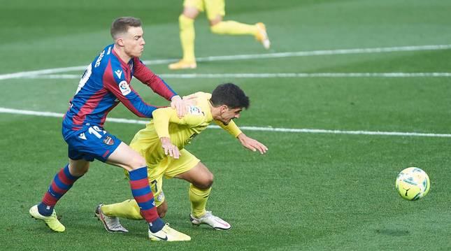 Gerard Moreno protege el balón ante Carlos Clerc en el estadio de La Cerámica.