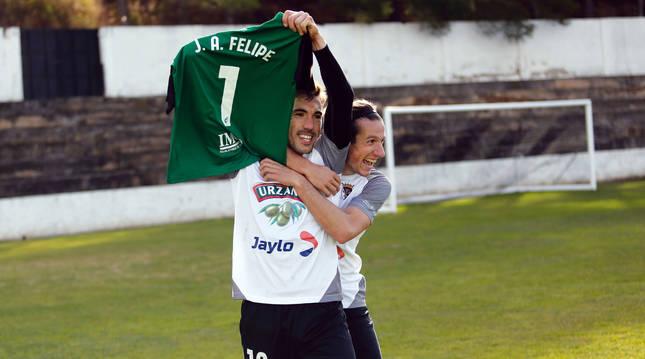 Álex Sánchez, celebra su gol con Rodrigo, al tiempo que se lo dedica al portero blanquillo Jon Ander Felipe por el fallecimiento de su madre.