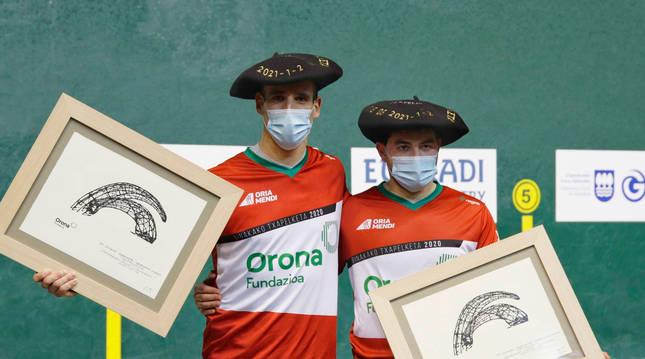 Foto de Javier Urriza y Jagoba Labaka, con la txapela de campeones de Parejas de remonte.