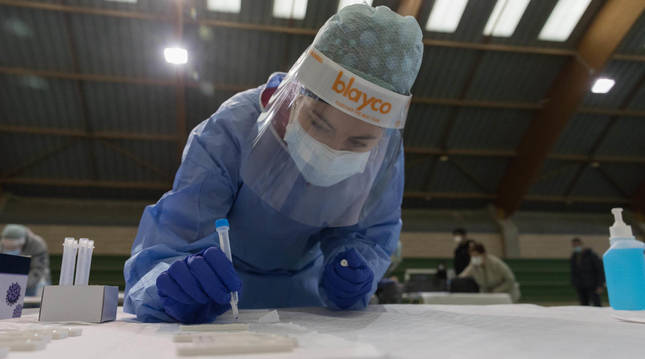 Una sanitaria trabaja en el cribado masivo que se realizó en Rifaborada (Navarra).