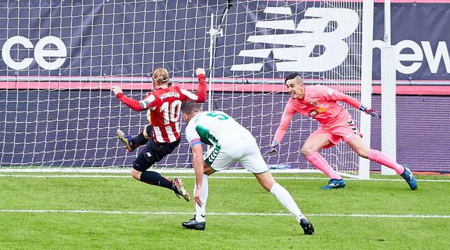 Iker Muniain empuja el balón en el único gol del partido.