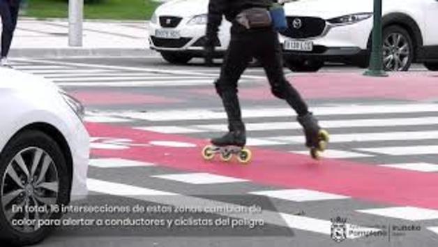 Vídeo | Señalización en color rojo de los espacios de obligada coexistencia entre coches y bicicletas