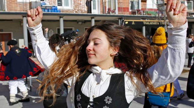 Foto de una joven bailando en la última edición de las fiestas de Santa Águeda, en Alsasua.