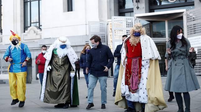 El alcalde de Madrid, José Luis Martínez-Almeida, y la vicealcaldesa, Begoña Villacís, reciben este lunes a las puertas del Ayuntamiento a la comitiva de taxis que acompañará a los Reyes Magos.