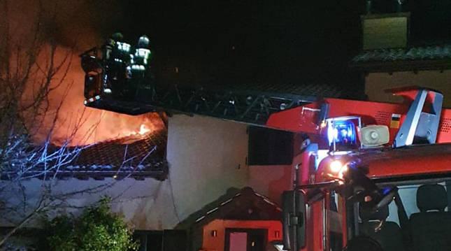 Un incendio causa graves daños en una vivienda en Endériz sin ocasionar víctimas