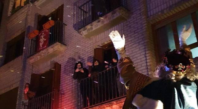 Foto de los vecinos de un bloque de pisos de Sangüesa saludan al Rey Melchor.
