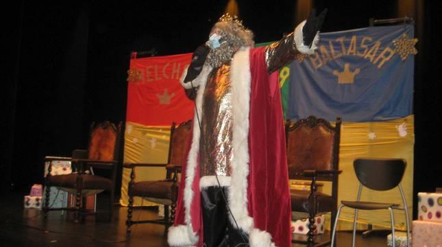 Melchor se dirige a pequeños y mayores desde el escenario del Centro Cultural Iortia, de Alsasua.