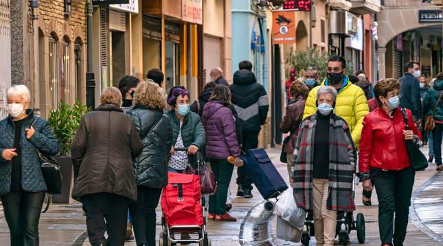 Foto de vecinos de Estella en la calle Mayor de la ciudad, una de las más céntricas y transitadas del centro urbano.