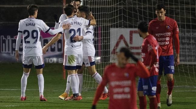 Los jugadores del Osasuna celebran el segundo gol contra el UE Olot, durante el partido de segunda eliminatoria de la Copa del Rey en el Estadi Municipal de Olot.