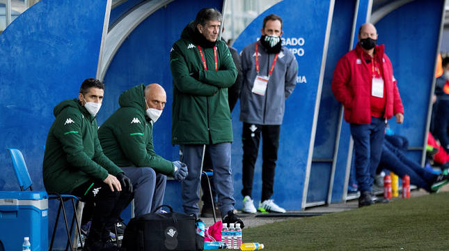 Manuel Pellegrini dirige a sus jugadores en el banquillo de Mutilnova.