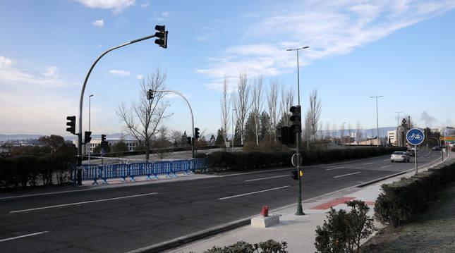 Foto del grupo semafórico ya instalado. Resta la señalización horizontal y habilitar el acceso desde la zona verde.