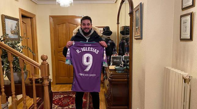 Foto de Miguel Barbería Irigaray con la camiseta que utilizó Borja Iglesias en la eliminatoria contra la Mutilvera