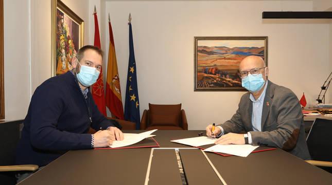 El alcalde de Galar, Óscar Amoztegui, y el consejero Ciriza durante la firma del convenio.