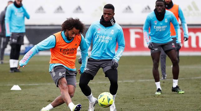 Marcelo controla en balón ante la presión de Vinicius Jr. durante la sesión de este jueves en Valdebebas.