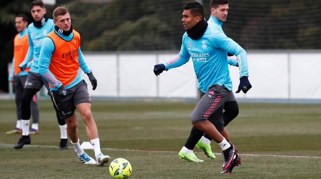 Carlos Casemiro conduce el balón ante al presencia de Toni Kross durante el entrenamiento del Real Madrid en Valdebebas.