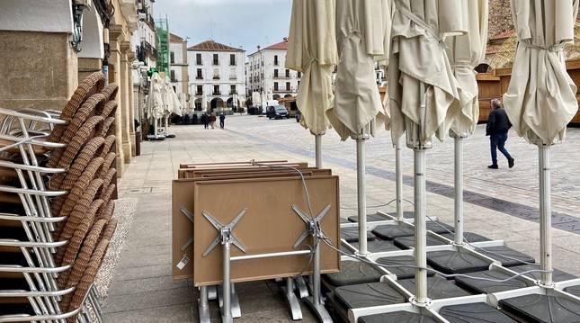 300.000 locales de hostelería se encuentran cerrados o con mínima actividad, según la CEOE. En la imagen, una terraza de Cáceres.