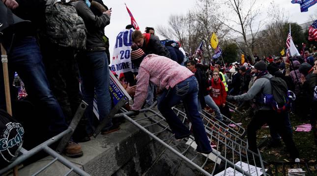 Seguidores de Donald Trump irrumpen en los terrenos del Capitolio de los Estados Unidos el 6 de enero de 2021
