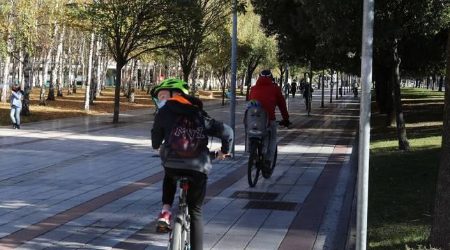 La 'intromisión' dentro del carril bici provoca intranquilidad para unos y otros.