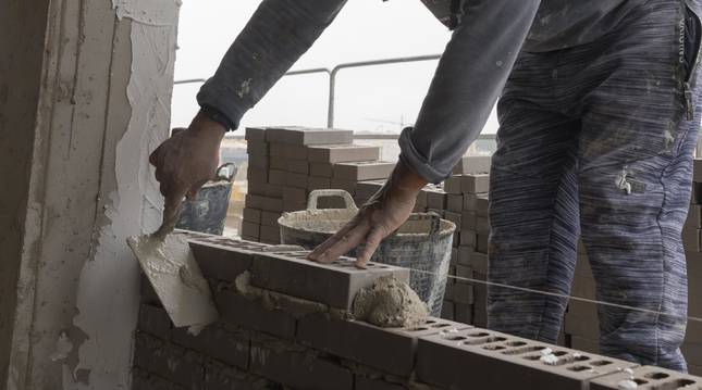 Un operario trabaja en la construcción de un bloque de pisos en Tudela.
