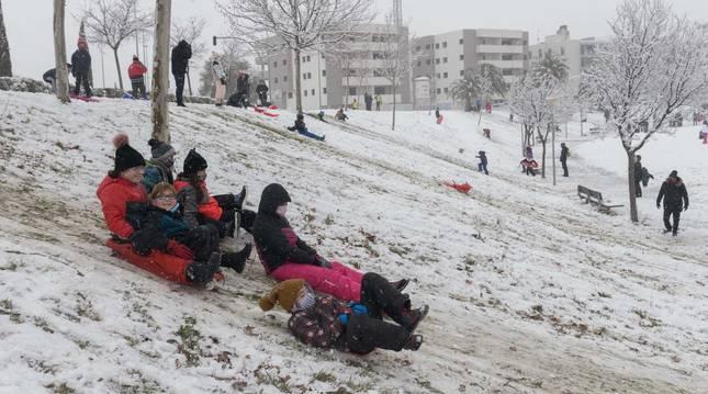 Niños y mayores llenaron los parques de la ciudad y disfrutaron con los trineos, tablas de snowboard o esquís durante la jornada.