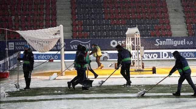 Los operarios del Sadar, 40 en total, retiran la nieve en una de las áreas.