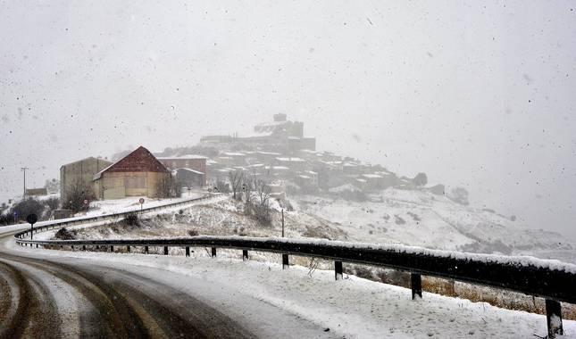 El temporal 'Filomena' que avanza de sur a norte de la península ha entrado este sábado en Navarra y ha dejado nevadas generalizadas en el sur y centro de la Comunidad foral. Municipios riberos como Tudela, Cascante, Cabanillas, Corella o Fitero han amanecido cubiertos de blanco.