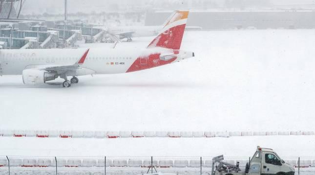 La Comunidad de Madrid ha despertado este sábado cubierta con una espesa manta de nieve que impide la movilidad en buena parte de la región, incluida la capital.