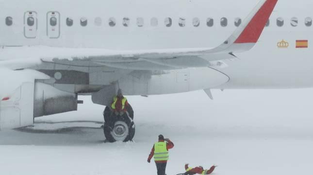 Trabajadores del aeropuerto Adolfo Suárez Barajas juegan sobre la nieve.