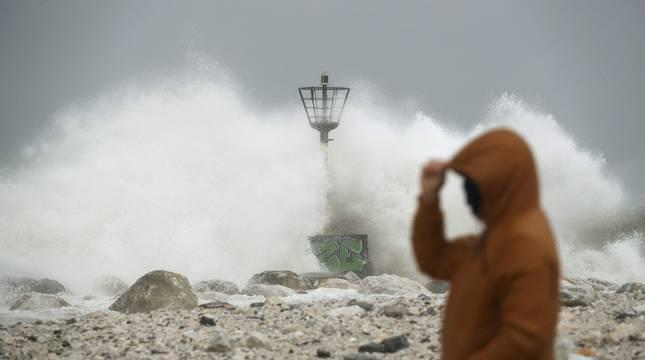 Una ola rompe en el espigón de la playa Seacaba de Málaga.