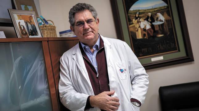 El psiquiatra Manuel Martín Carrasco, nacido en Isla Cristina (Huelva) hace sesenta años, en su consulta de la clínica Padre Menni de Pamplona, el lunes pasado.