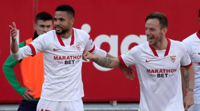 En-Nesyri celebra uno de sus goles con Iván Rákitic en el partido contra la Real Sociedad.