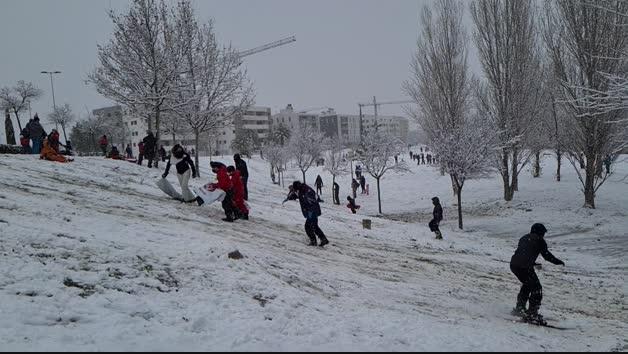 Niños de Tudela disfrutan de la nieve en el Parque del Queiles
