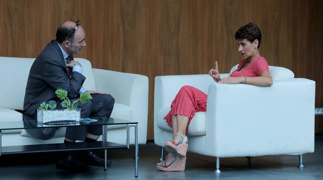 Imagen de archivo del consejero Manu Ayerdi y la presidenta María Chivite, hablando en los sillones del atrio del Parlamento.