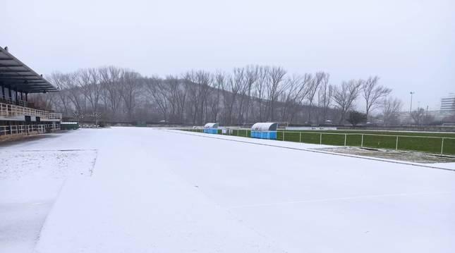 Imagen espectacular de la pista del estadio de El Soto de Burlada, cubierta totalmente.