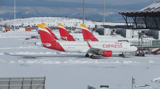Aviones, en el aeropuerto de Barajas este domingo.
