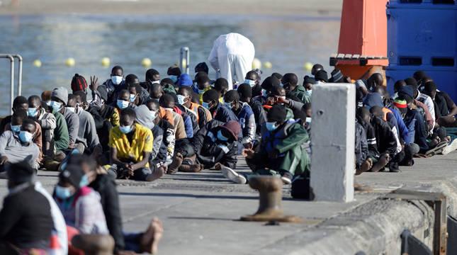 Llega a Los Cristianos un cayuco con 89 migrantes, uno de ellos fallecido
