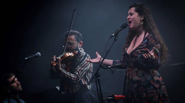 Silvia Pérez Cruz y su banda durante el concierto en el Auditorio Baluarte de Pamplona el pasado 3 de enero.