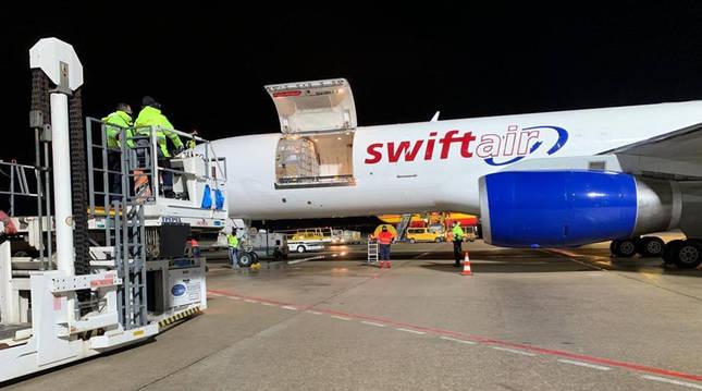 foto de Llegada del vuelo con la primera remesa de vacunas de Pfizer/BioNTech al aeropuerto de Vitoria-Gasteiz
