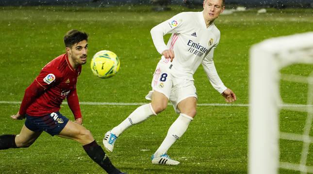 Nacho Vidal observa el balón centrado por Toni Kroos.