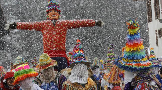 Los coloridos 'txatxus' escoltan a Miel Otxin en una edición salpicada de nieve.