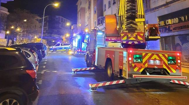 Los bomberos rescatarona  vecinos del bloque con el camión escala.