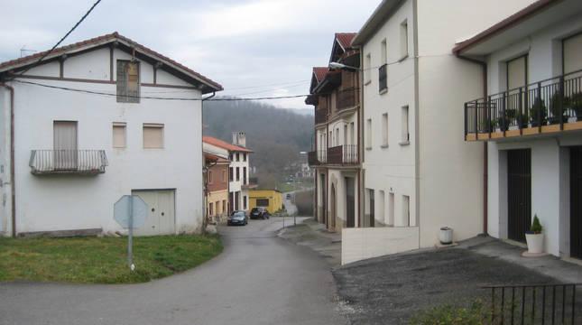 Acceso al barrio de Baikolar, situado en las inmediaciones de la N-1, en Alsasua.