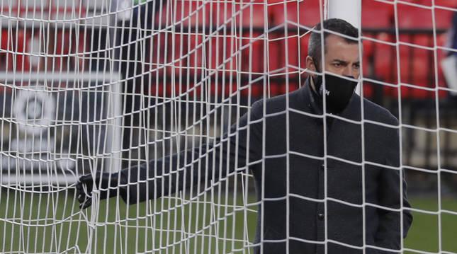 Diego Martínez, entrenador del Granada, el pasado sábado comprobando las redes de la portería antes de enfrentarse al Barcelona.