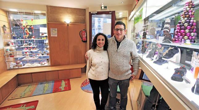 Cristina García Linarejos y su marido Patxi Pérez Artieda. en el interior del establecimiento al que lleva ligado la familia desde 1983.