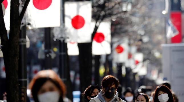 Ciudadanos de Tokio, en el distrito comercial de Ginza.