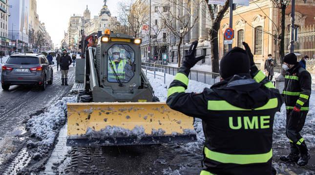 Efectivos de la Unidad Militar de Emergencias UME, despejan de nieve el entorno de la Plaza de Cibeles en Madrid, este domingo